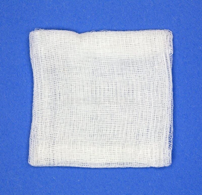 Cuscinetto di garza su fondo blu fotografia stock