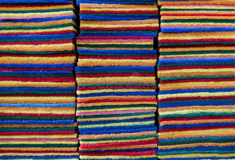 cuscinetto di pulizia colorato Multi delle spugne per il lavoro della cucina con la pila o fotografia stock