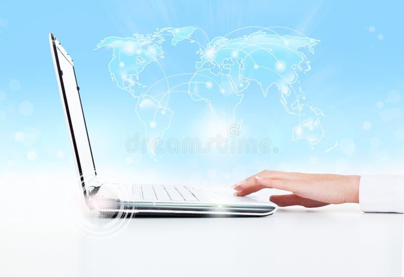 Cuscinetto di tocco della mano della donna di affari del computer portatile fotografia stock libera da diritti