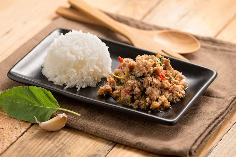 Cuscinetto-kra-prao Alimento tailandese con riso immagini stock libere da diritti