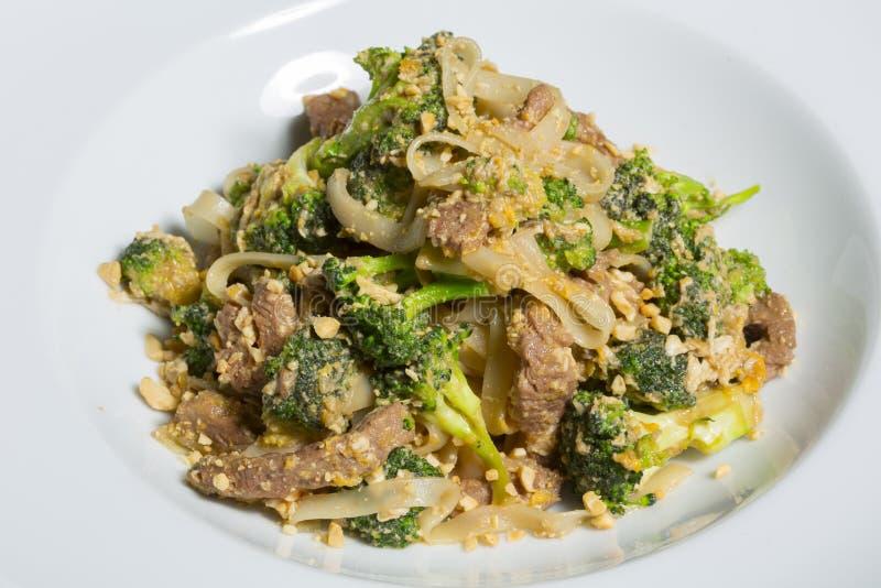 Cuscinetto tailandese Satay - mescoli la frittura con i broccoli e le tagliatelle fotografia stock