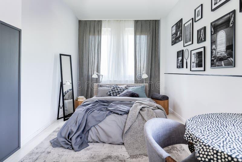 Cuscini accoglienti su grande letto a due piazze comodo in camera da letto luminosa interna in appartamento elegante fotografia stock libera da diritti