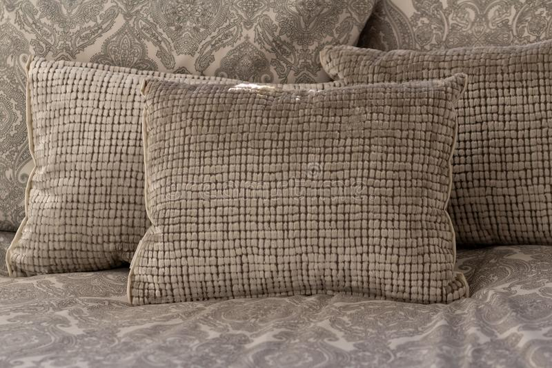 Cuscini bianchi e grigio chiaro pastelli di colore, o cuscini che mettono sul letto fotografia stock libera da diritti