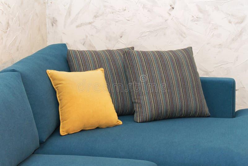 Cuscini del sofà immagini stock