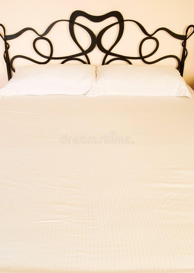 Cuscini e base in camera da letto immagine stock libera da diritti