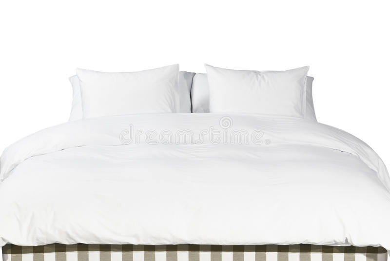 Cuscini e coperta bianchi su un letto immagine stock libera da diritti