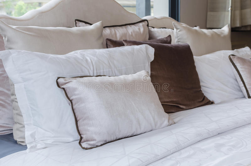 Cuscini sul letto in camera da letto moderna fotografia stock immagine di comodo - Cuscini da letto ...