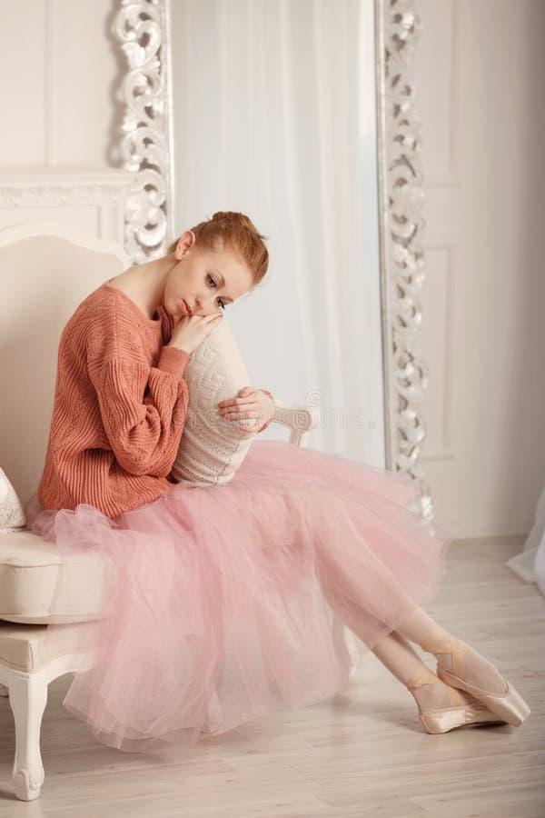 Cuscino abbracciante triste della ballerina fotografia stock