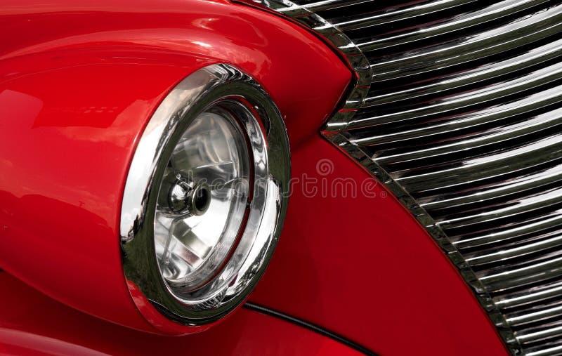 Cuscino ammortizzatore e griglia rossi su un'automobile antica fotografia stock