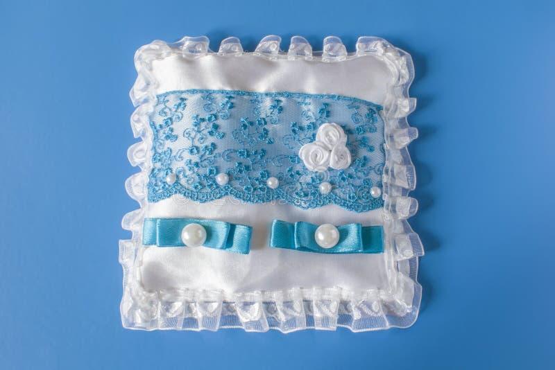 Cuscino bianco blu per le fedi nuziali fotografia stock