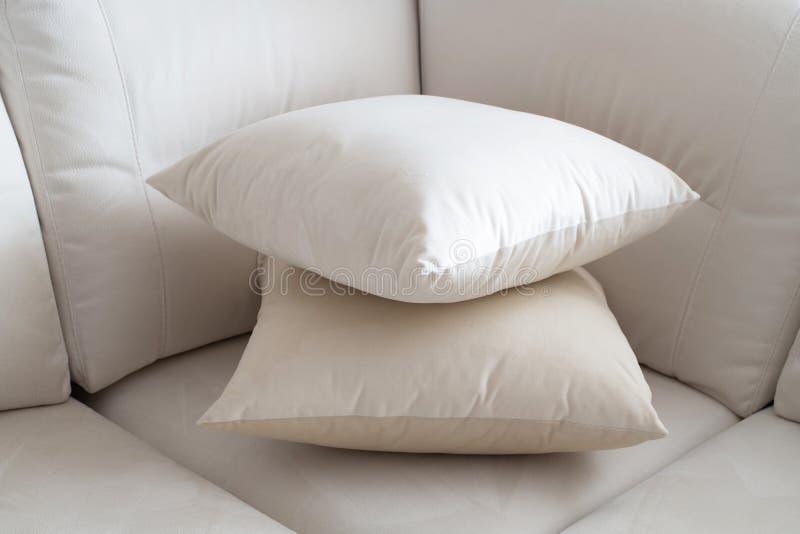 Cuscino bianco due sul sofà leggero fotografie stock libere da diritti