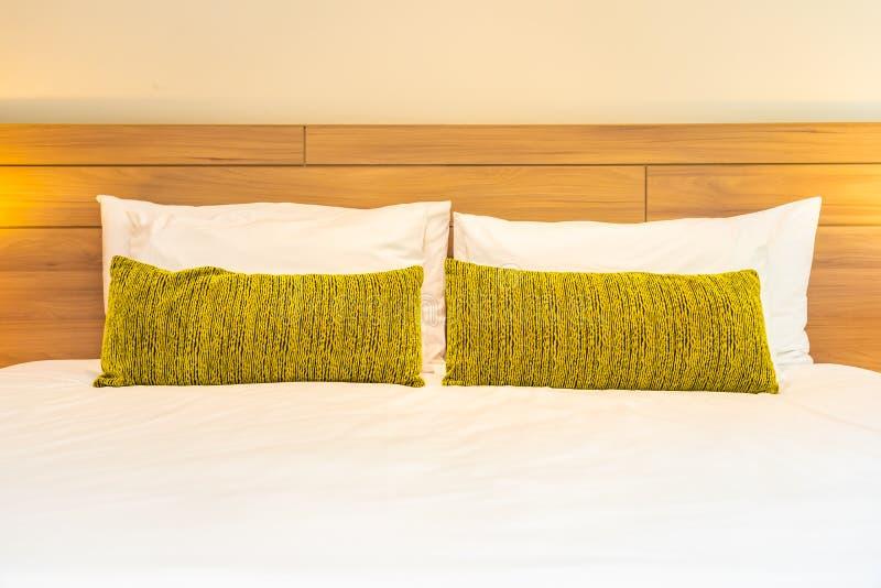 cuscino confortevole bianco sulla decorazione del letto all'interno della camera da letto immagine stock
