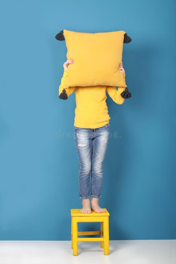 Cuscino decorativo con la nappa del pom-pom, fatta a mano fotografie stock libere da diritti