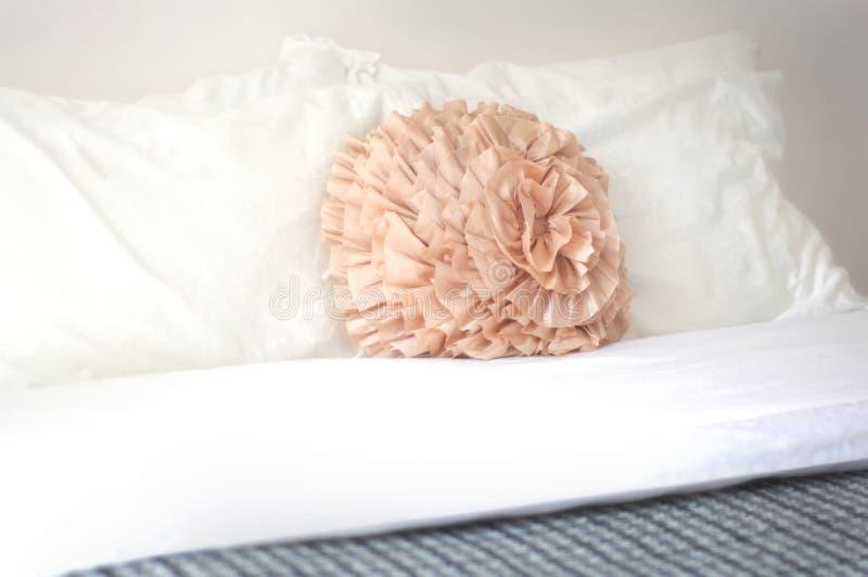 Cuscino della camera da letto fotografie stock libere da diritti