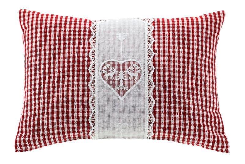 Cuscino rosso del percalle con il fiocco del pino cembro dentro fotografia stock libera da diritti