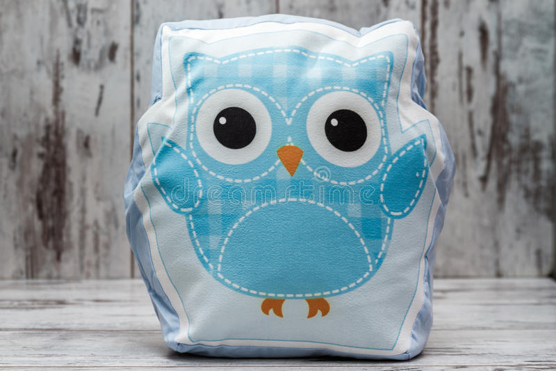 Cuscino variopinto con Owl Design su fondo di legno bianco immagine stock libera da diritti