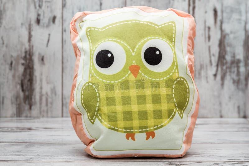 Cuscino variopinto con Owl Design su fondo di legno bianco fotografia stock libera da diritti