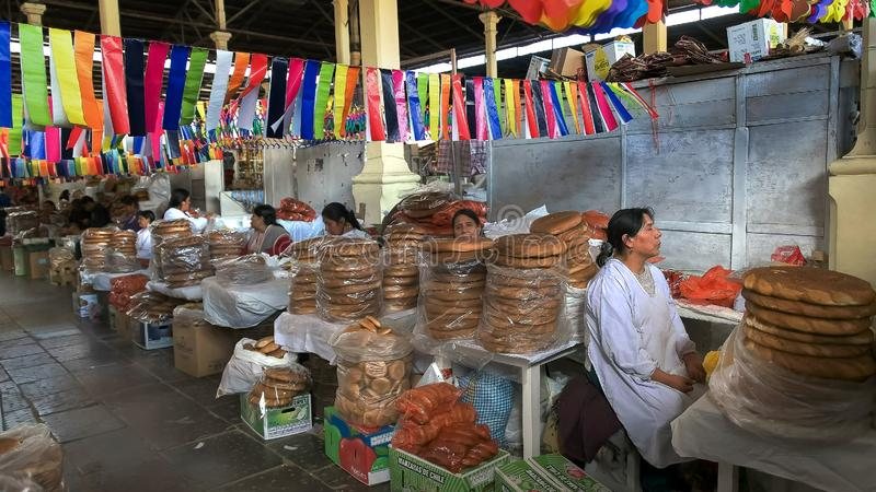 CUSCO, ΠΕΡΟΎ 20 ΙΟΥΝΊΟΥ 2016: περουβιανές γυναίκες που πωλούν το ψωμί στην αγορά SAN Pedro στο cusco στοκ εικόνες
