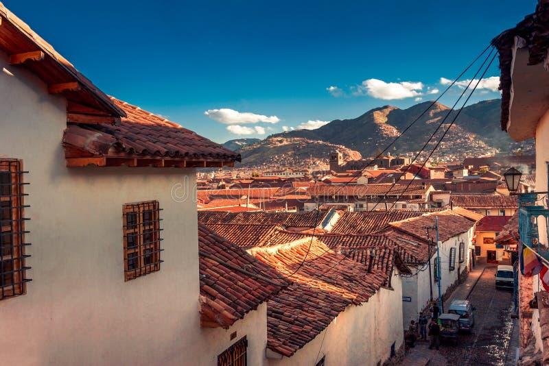 Cusco/Περού - 27 Μαΐου 2008: Άποψη σχετικά με τη στενή οδό πόλεων μεταξύ των σπιτιών μέσα κεντρικός κατά τη διάρκεια του ηλιοβασι στοκ εικόνες