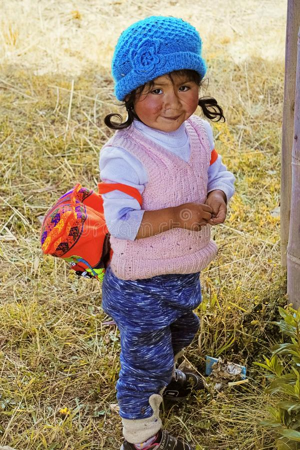 Cusco län, Peru - Augusti 5th, 2018: En gullig förtjusande peruansk liten flicka arkivbild