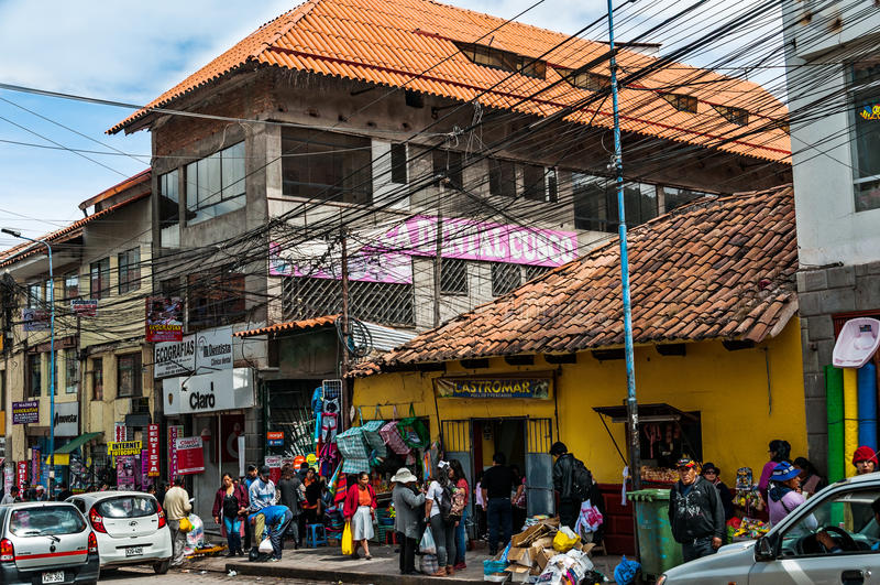 Cusco, Perù - 5 ottobre 2016: La gente alla strada dei negozi in Cusco fotografia stock