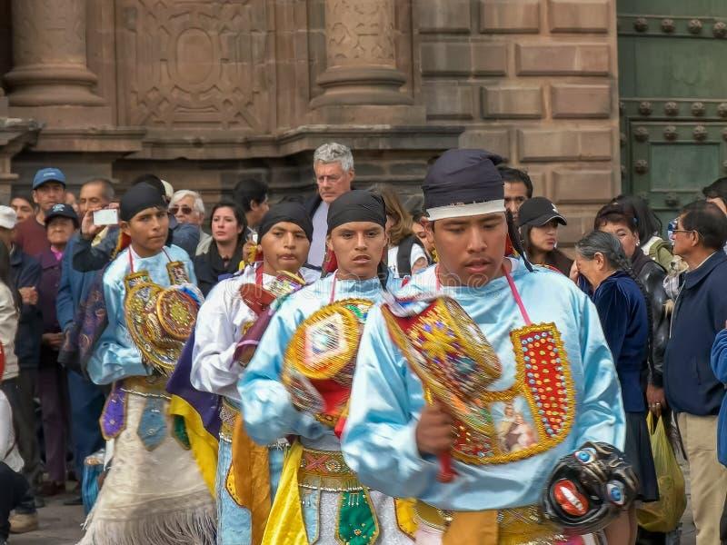 CUSCO, PERÚ 22 DE JUNIO DE 2016: fieles católicas que bailan en la catedral del cusco en Perú imagen de archivo