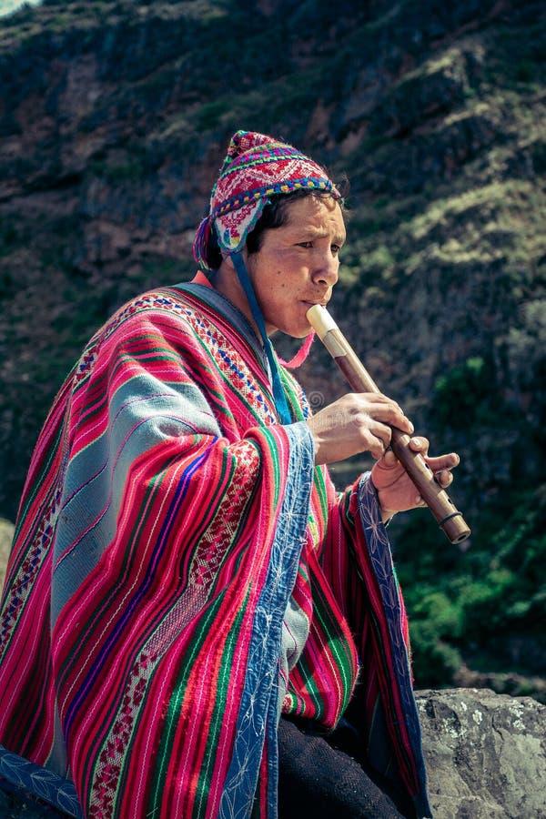 Cusco/Perú - 29 de mayo 2008: Retrato de un hombre, pastor, pastor de la cabra, vestido para arriba en traje nativo, peruano foto de archivo libre de regalías