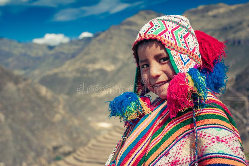 Cusco/Perú - 29 de mayo 2008: Retrato de un muchacho, sonrisa vestido para arriba en traje peruano nativo colorido foto de archivo libre de regalías