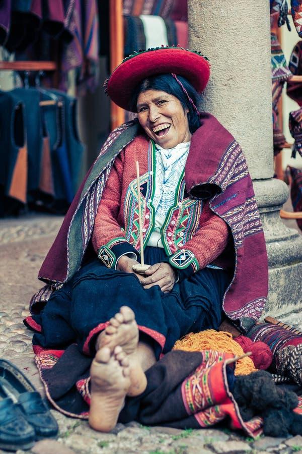 Cusco/Perú - 26 de mayo 2008: Retrato de una mujer de la alcantarilla, costurera, vestida para arriba en ropa peruana nativa trad fotografía de archivo