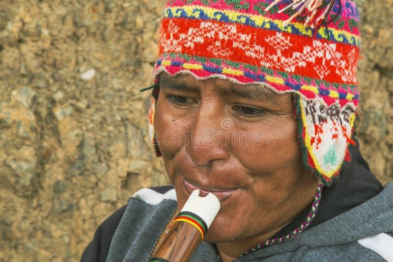 Cusco Perú; December 20, 2018, peruansk man som spelar quenaen, musikinstrument, stängt skott, Peru royaltyfria bilder