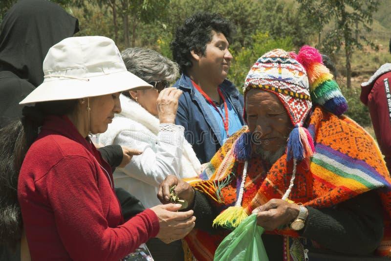Cusco, Perú ; Le 20 décembre 2018, aîné péruvien, dans le rituel au coca photos libres de droits