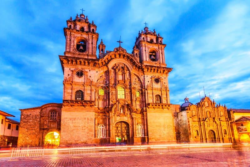 Cusco, Perú - Plaza de Armas e iglesia de la sociedad de Jesús imagen de archivo