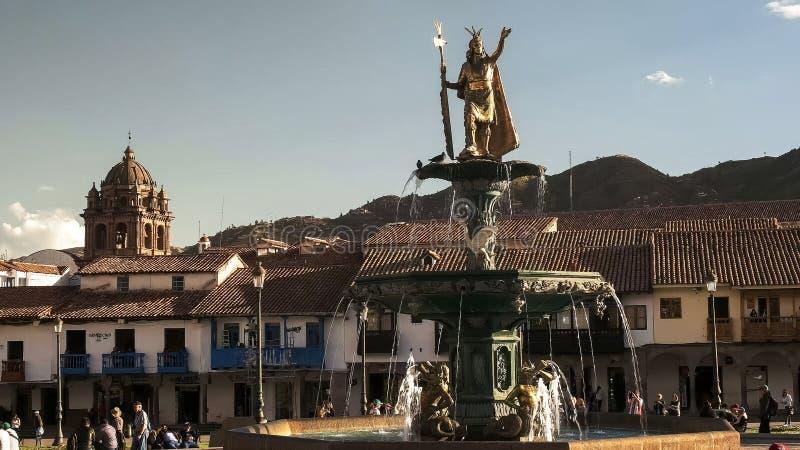 CUSCO PERU JUNI 20, 2016: springbrunn och staty av pachacutien i plaza de armas, cusco royaltyfri bild