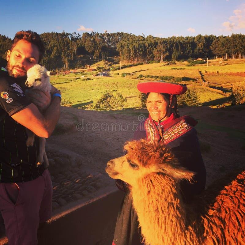 Cusco, Peru - mag zesde, 2016: Een jonge mannelijke toerist die verkochte zijn stock foto