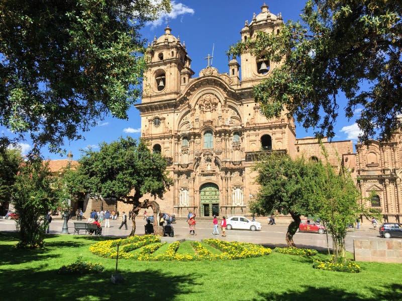 Cusco, Peru - 4. Mai 2016: Einige Touristen bewundern die Ansicht von stockbild