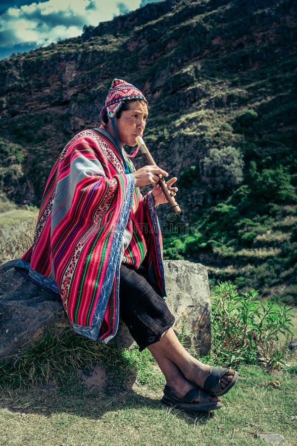 Cusco/Peru - Maj 29 2008: Stående av en man, herde, getherder som är utklädd i infödd peruansk dräkt royaltyfri fotografi