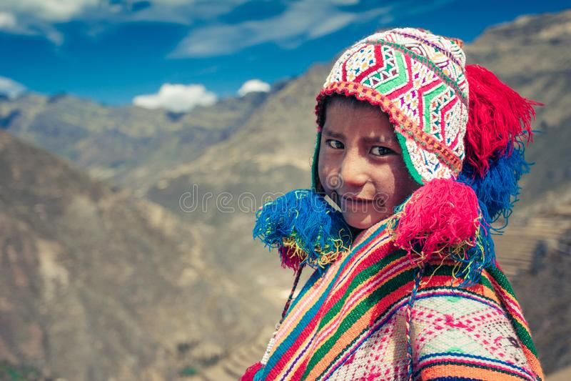 Cusco/Peru - Maj 29 2008: Stående av en pojke som ler uppklädd i färgrik infödd peruansk dräkt royaltyfria foton
