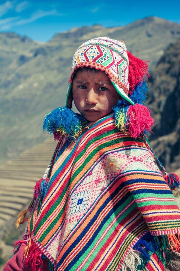 Cusco/Peru - Maj 29 2008: Stående av en pojke, uppklädd i färgrik infödd peruansk dräkt royaltyfri bild