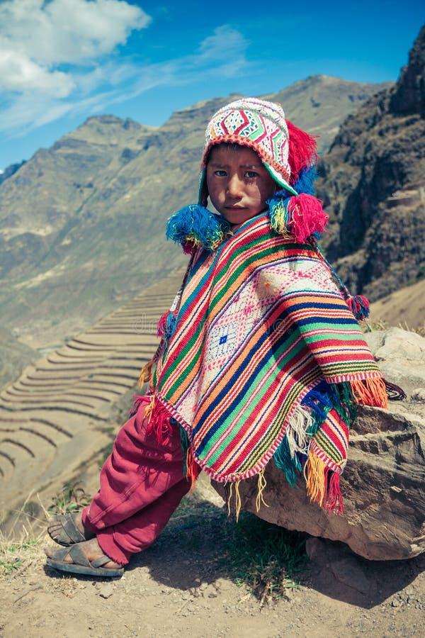 Cusco/Peru - Maj 29 2008: Stående av en pojke, uppklädd i färgrik infödd peruansk dräkt royaltyfria foton