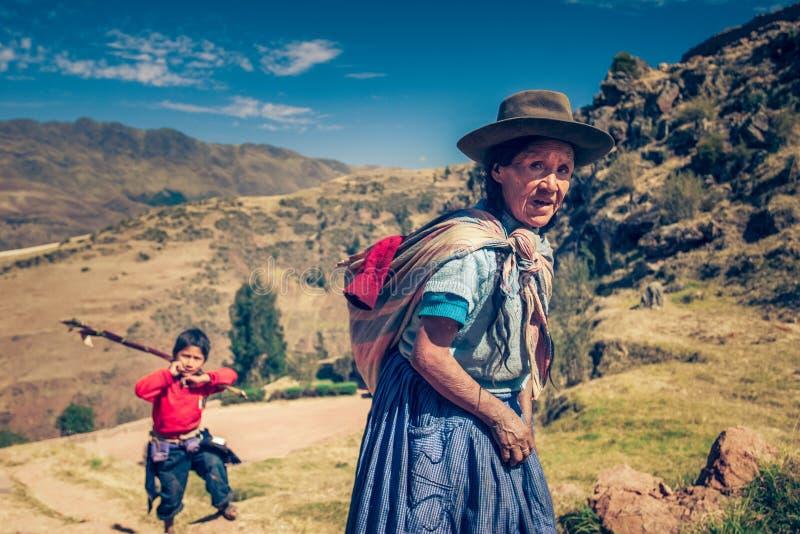 Cusco/Peru - Mei 29 2008: Portret van de oude inheemse Peruviaanse vrouw in de Andesbergen stock afbeeldingen