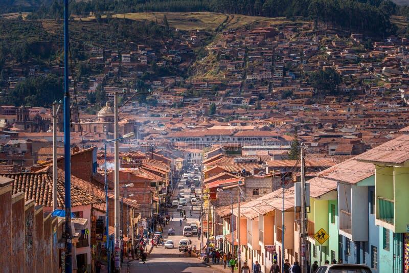 Cusco/Peru - Mei 27 2008: Weergeven op de stadsstraat die de heuvel leiden tijdens zonnige dag royalty-vrije stock afbeelding