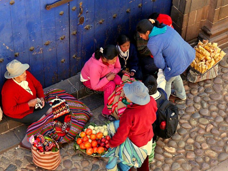 Cusco Peru/2nd Wrzesień 2013/aA grupa lokalni ludzie zatrzymuje w a obraz stock