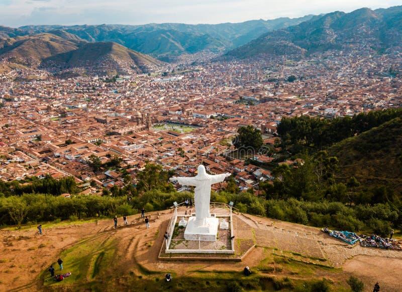 CUSCO PERU: November 21, 2017 antenn av den vita Kristusmonumentet royaltyfri fotografi