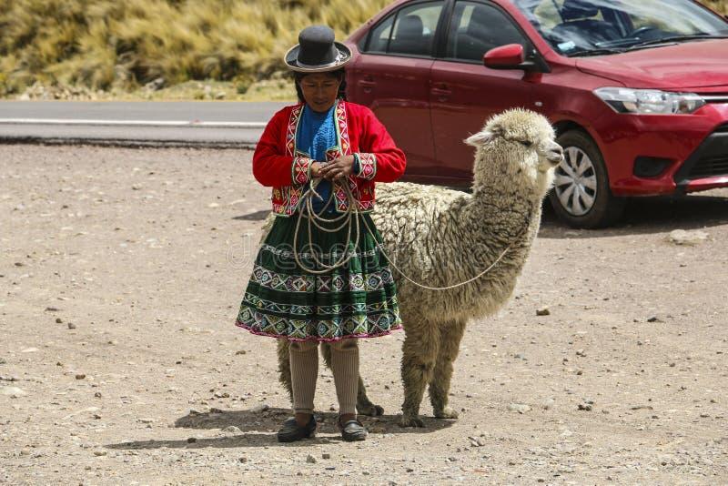 CUSCO, PERU - NOVEMBER 10,2015: Peruviaanse vrouw in nationale doek royalty-vrije stock afbeelding