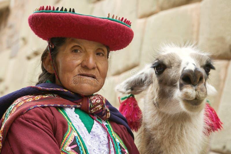CUSCO PERU-NOVEMBER 26 2011: Stående av den gamla peruanska quechua kvinnan i traditionell kläder med laman i Cusco arkivbilder