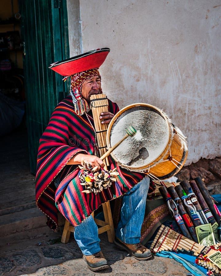 CUSCO, PERU - OKTOBER 1, 2016: inheemse Peruviaan die nationaal muzikaal instrument Zampona Marimacha spelen, gekleed in kleurrij royalty-vrije stock foto's