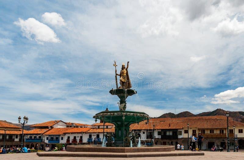 Cusco Peru - Oktober 13, 2016: Springbrunn av Inca Pachacutec i plazaen de Armas av Cusco, Peru royaltyfri bild