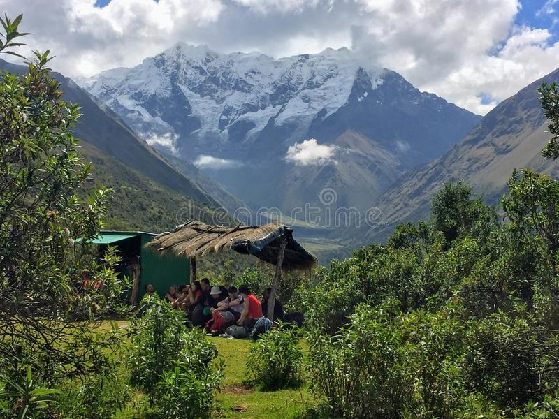 Cusco prowincja, Peru - May 8th, 2016: Młoda grupa internati fotografia stock