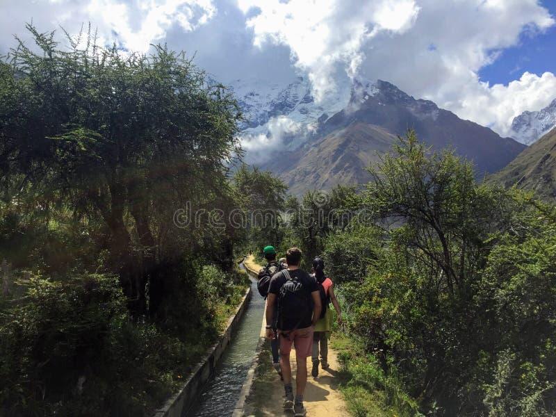 Cusco prowincja, Peru - May 8th, 2016: Młoda grupa internati zdjęcie stock