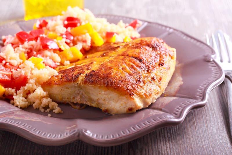 Cuscus fritto e di verdure del pesce della carpa di smargiasso fotografia stock libera da diritti